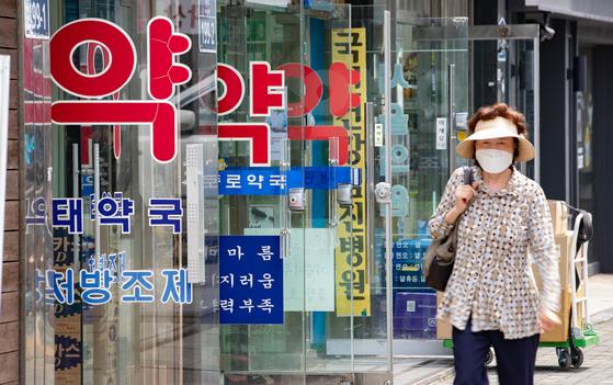 서울 종로 약국거리를 찾은 시민이 발걸음을 옮기고 있다. 뉴스1