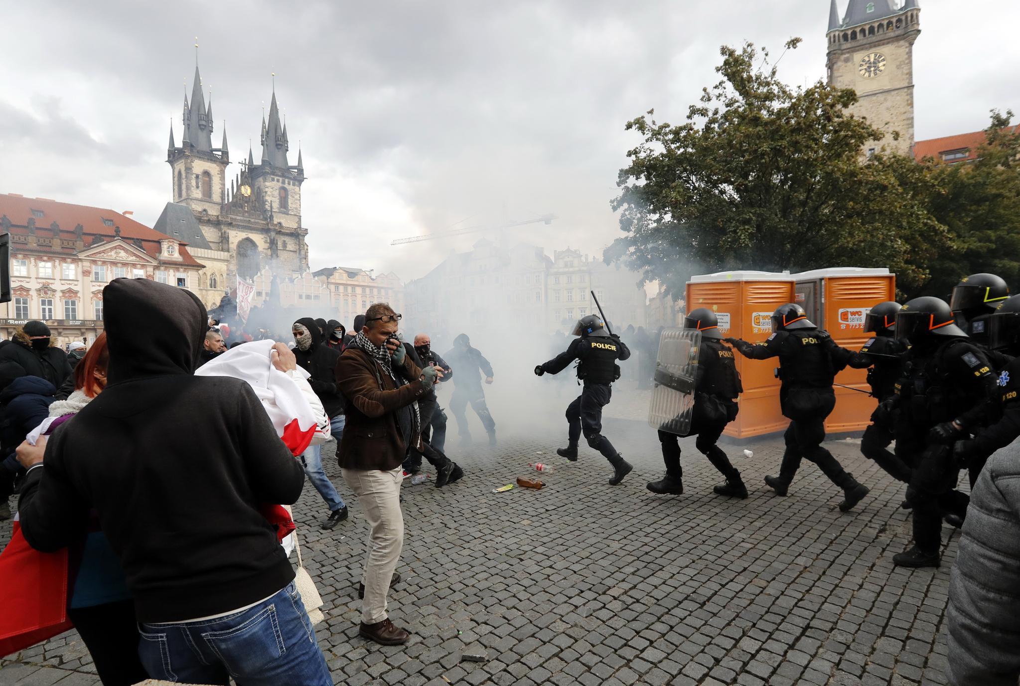 휴일인 18일(현지시간) 체코의 수도 프라하의 올드 타운에서 코로나 19 방역 봉쇄에 항의하는 시민들이 경찰과 충돌하고 있다. AP=연합뉴스