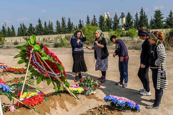 나고르노카르바흐의 아그담 마을에서 숨진 29세 청년의 묘지 잎에 10월 15일 가족들이 모여 오열하고 있다. AFP=연합뉴스