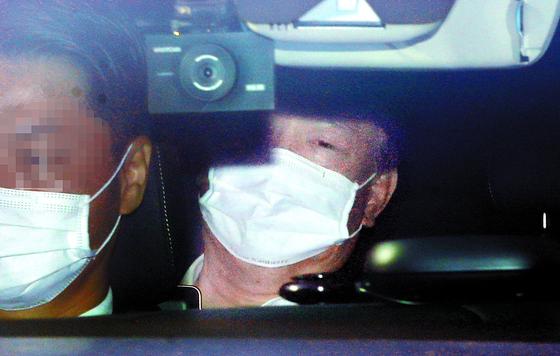 윤석열 검찰총장이 19일 대검찰청으로 출근하고 있다. [뉴시스]
