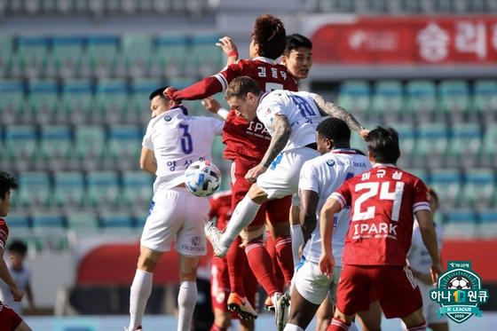 18일 수원-부산 경기에서 양 팀 선수들이 치열하게 공을 다투고 있다. [사진 프로축구연맹]