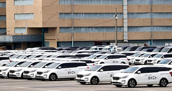 타다·쏘카 운영사인 쏘카가 1조원 이상의 기업가치를 인정받아 국내 12번째 유니콘 기업이 됐다. 사진은 지난 4월 서비스 종료를 앞두고 차고지에 주차된 타다 차량. [연합뉴스]