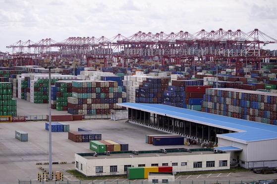 중국의 3분기 경제성장률이 4.9%를 기록한 19일 상하이 양산항에 컨테이너가 가득 쌓여 있다. [로이터=연합뉴스]