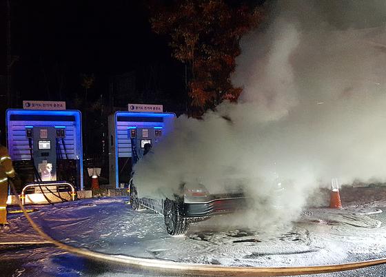 지난 17일 남양주시에서 배터리를 충전 중인 코나 전기차에서 화재가 발생했다. [연합뉴스]