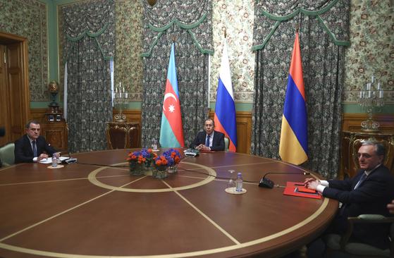 아제르바이잔과 러시아, 그리고 아르메니아의 외교 장관(왼쪽부터)이 10월 9일 모스크바에 모여 나고르노카르바흐 지역에서 벌어진 교전을 중지하고 휴전을 이루기 위한 협상을 벌이고 있다. 지역 분쟁은 다시 외세의 개입을 불렀다. 10일 휴전이 발효됐지만 교전은 계속되고 있다. AP=연합뉴스