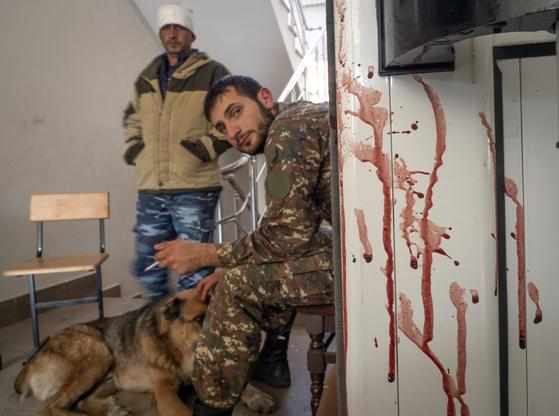 캅카스 지역 나고르노카라바흐의 마르타케르트 마을에 있는 진료소 출입문이 10월 15일 혈흔으로 얼룩져 있다. 치열한 교전과 희생자 발생을 간접적으로 보여준다. AP=연합뉴스