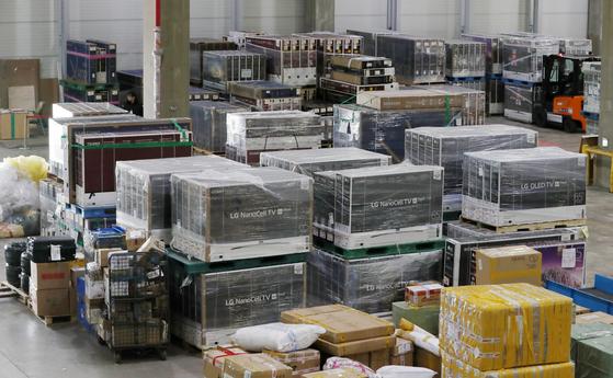 지난해 12월 5일 인천 영종도 인천세관 특송물류센터에서 관계자들이 블랙프라이데이를 맞이해 해외직구로 수입된 TV 출하작업을 하고 있다. 뉴스1