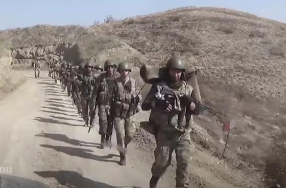 아제르바이잔 군이 10월 9일 나고르노카라바흐 지역에 진입하고 있다. 아제르바이잔 국방부가 제공한 사진이다. AP=연합뉴스