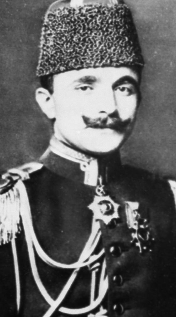 1908년 군사쿠데타로 오스만 튀르크의 권력자가 된 엔베르 파샤(1881~1922년).터키의 팽창을 원했던 그는 1918년 이슬람군을 조직해 아제르바이잔의 수도 바쿠를 점령했다. 제1차 세계대전과 러시아의 볼셰비키 혁명으로 발생한 세력 공백을 틈탄 터키 세력의 캅카스 진출 기도였다. 엔베르 파샤는 1922년 프랑스 파리에서 동족 학살에 분노한 아르메니아계에 의해 살해됐다. 사진=위키피디아