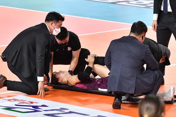 18일 열린 IBK기업은행과 경기에서 부상을 당해 들것에 실려나가는 KGC인삼공사 정호영. [사진 한국배구연맹]
