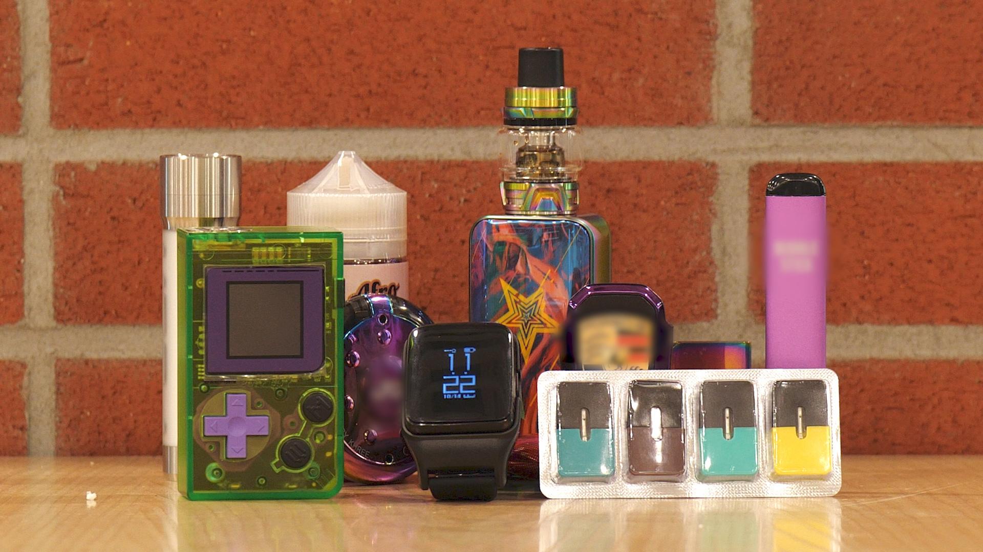 다양한 디자인의 액상형 전자담배 제품들. 게임기와 스마트 워치, USB, 화장 파우더 케이스 등 여러 형태로 청소년을 유혹한다. 왕준열