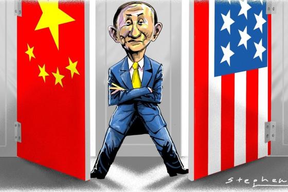 스가 요시히데 일본 총리가 미국과 중국 국기 사이에 있는 캐리커처.[SCMP 캡처]