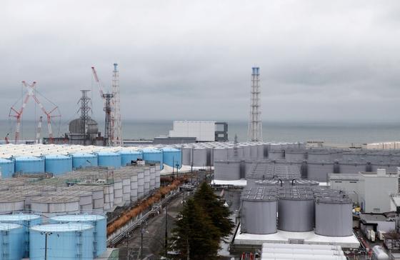 후쿠시마 원전 옆에 쌓여있는 방사성 오염수 보관탱크. 일본정부는 '저장용량이 곧 한계에 달한다'며 방사성 오염수 해양 방류를 주장한다. REUTERS=연합뉴스