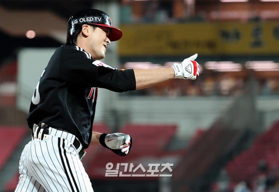 프로야구 KT와 LG의 경기가 20일 오후 수원 KT위즈파크에서 열렸다. LG 이형종이 5회초 KT 투수 전유수로부터 좌월 1점 홈런을 날리고 그라운드를 돌고 있다. 수원=정시종 기자
