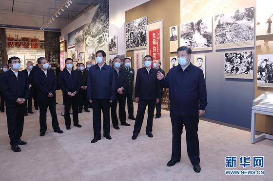 시진핑 중국 국가주석이 19일 중국인민혁명군사박물관을 찾아 한국전쟁 전람회를 참관했다. 이 날은 70년 전 중국인민지원군이 한국전쟁에 참전하기 위해 압록강을 넘은 날이다. [중국 신화망 캡처]