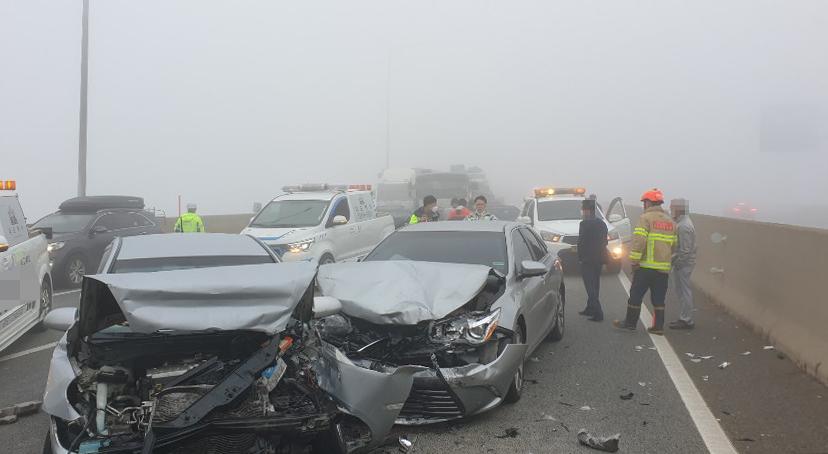 20일 오전 5시 52분께 충남 당진시 신평면 서해안고속도로 하행선 275㎞ 지점 서해대교 인근에서 차량 10여대가 잇따라 추돌했다. 이 사고로 14명이 경상을 입고 인근 병원으로 옮겨졌다. 연합뉴스