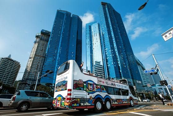 코로나19 여파로 중단됐던 부산시티투어 버스가 두 달 만에 운행을 재개한다. [중앙포토]