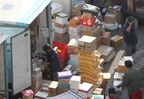 서울의 한 택배 물류센터에서 작업자들이 택배 박스를 나르고 있다. 이 사진은 기사 본문과 관련 없음. 뉴스1