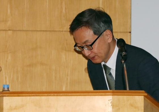 지난해 9월 김선영 헬릭스미스 대표가 '엔젠시스(VM-202)' 미국 임상 3-1상 실패 결과 설명에 앞서 인사를 하고 있다. [뉴시스]