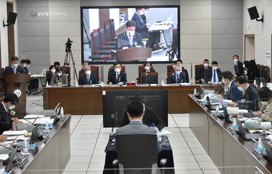 20일 오전 10시 부산교육청에서 열린 교육위 국정감사에서 권순기 경상대 총장이 업무보고를 하고 있다. [사진 부산교육청]