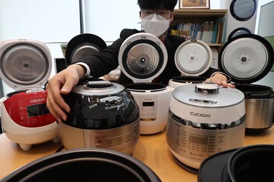20일 오전 정부세종청사에서 열린 '소형 전기밥솥' 비교정보 생산결과 관련 브리핑에 앞서 관계자가 평가를 마친 업체별 제품을 선보이고 있다. 연합뉴스
