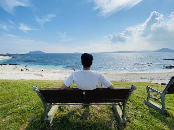 제주 바닷가 벤치의자에 앉아있는 이상투자그룹 IT본부 윤준현 팀장(37) / 이상투자그룹 제공