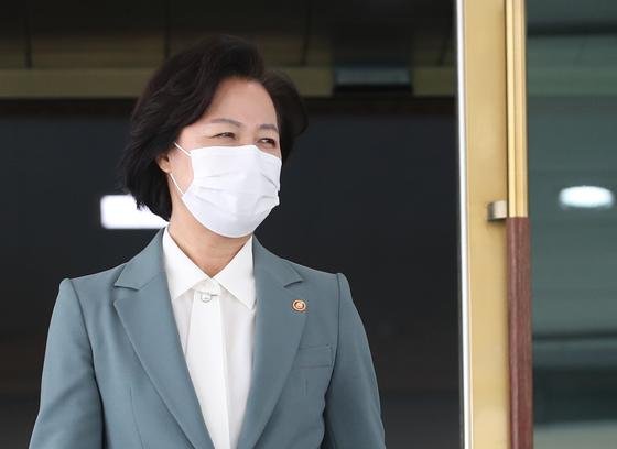 추미애 법무부 장관이 20일 오전 서울 종로구 정부서울청사에서 화상으로 열린 국무회의를 마치고 청사를 나오고 있다. 뉴스1
