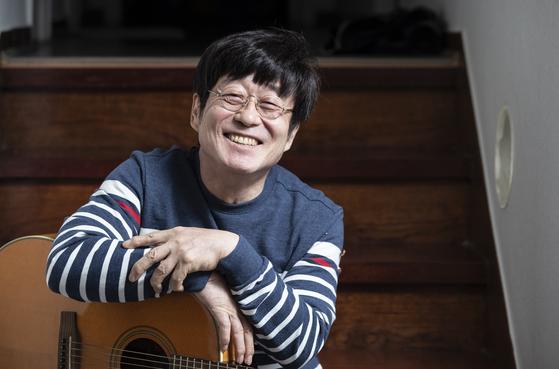 김창완은 서울 반포동 집으로 사람을 초대하는 것을 좋아한다. 종종 계단에 걸터 앉아 기타를 치며 노래를 부르곤 한다. 권혁재 사진전문기자