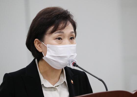 """김현미 국토교통부 장관은 16일 세종시 정부세종청사에서 열린 국정감사에서 최근 전세난에 대해 """"송구하다""""고 밝혔다. 그리고 사흘 뒤 국토부는 전세난이 저금리 탓이라는 설명자료를 냈다. [연합뉴스]"""