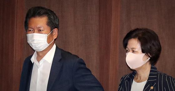 추미애 법무부 장관(오른쪽)과 정청래 더불어민주당 의원이 지난 7월 30일 오후 서울 여의도 국회에서 열린 제380회 국회(임시회) 제7차 본회의를 마치고 본회의장을 나서고 있다. 뉴스1