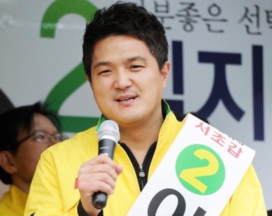 이혁진 전 옵티머스 대표가 2012년 19대 총선 때 민주통합당 서울 서초구갑에 출마했던 모습. 뉴스1