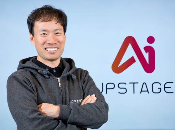 세계적인 AI 연구자인 김성훈 업스테이지 대표. 그는 이달초 네이버를 나와 AI 트랜스포메이션 전문 스타트업 업스테이지를 세웠다. 업스테이지는 국내외 기업들이 AI 기술로 혁신할 수 있는 부분을 파악, 여기에 필요한 기본적인 AI 모델 및 시스템 구축을 돕는다. [업스테이지]