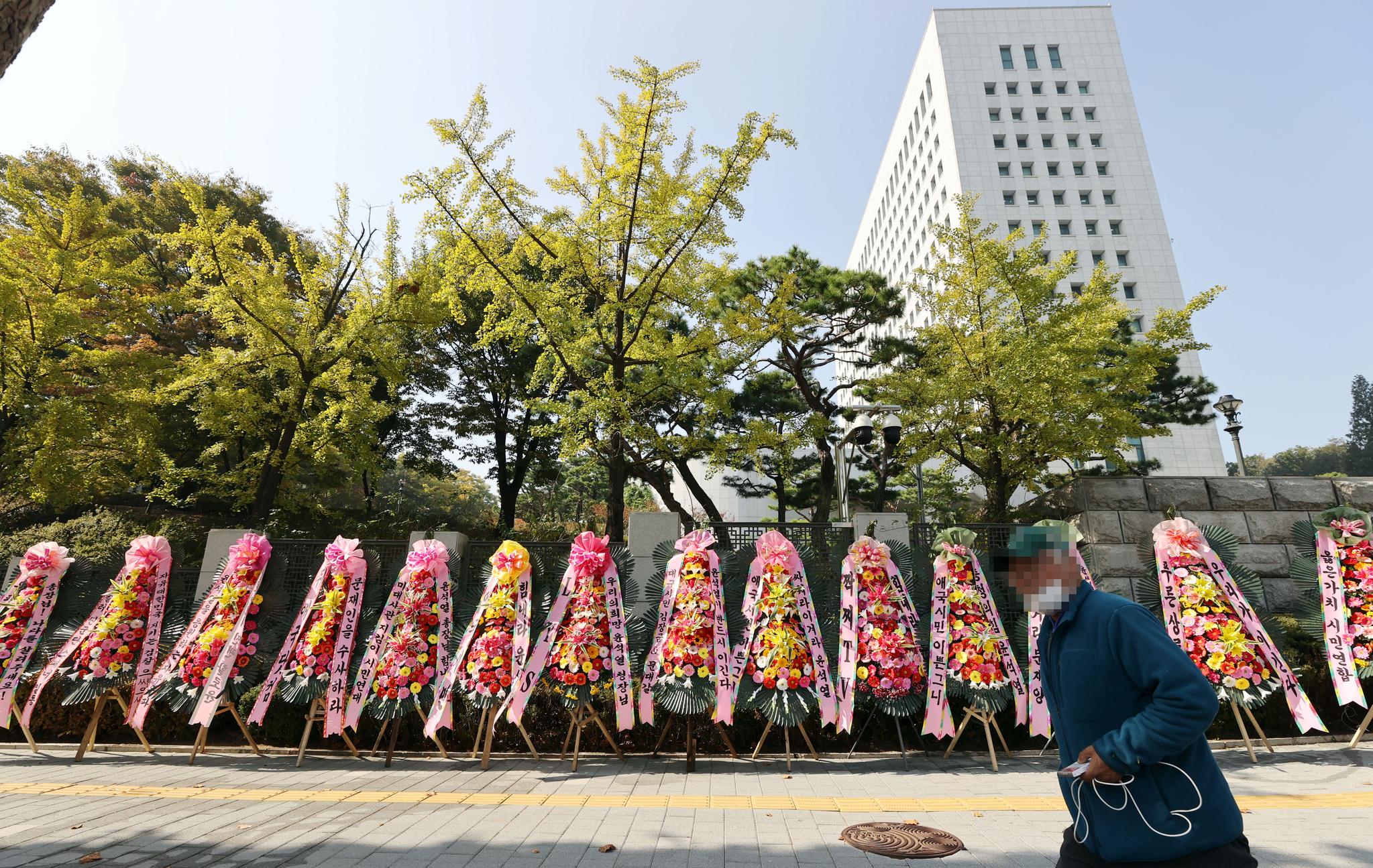 20일 오후 서울 서초구 대검찰청 정문 앞에 검찰 응원 화환이 놓여있다. 연합뉴스