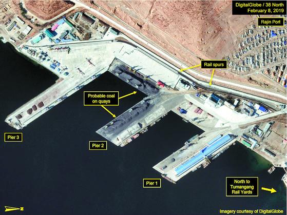미국의 북한 전문 매체 '38노스'가 지난해 4월 1일 공개한 북한 함경북도 나진항 위성사진. 촬영 시점은 2019년 2월 24일이다. 사진에 'Pier 2'라고 적힌 나진항 2번 부두에 수출용으로 추정되는 석탄이 쌓여 있는 모습이 눈에 띈다. 38노스는 당시 발표한 '북한 석탄 공급망 활동' 보고서를 통해 위성사진을 분석한 결과 북한이 유엔 안보리 금수품목으로 지정된 석탄 선적 활동을 활발하게 벌이고 있는 것으로 보인다고 밝혔다. [연합뉴스]