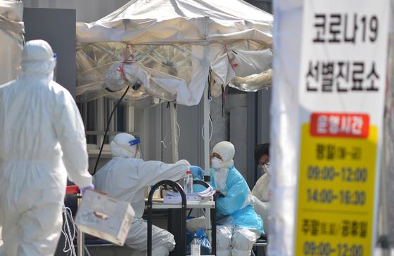 신종 코로나 바이러스 감염증(코로나19)이 확산하고 있는 가운데 19일 대전 서구보건소 코로나19 선별진료소에서 의료진들이 시민들을 검사하고 있다. 중앙포토