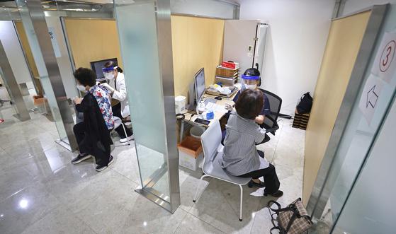 지난달 23일 오전 서울 강서구 한국건강관리협회 건강증진의원 서울서부지부을 찾은 시민들이 유료 독감 예방접종을 받고 있다. 연합뉴스