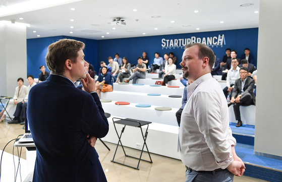 지난해 10월 한독상공회의소와 공동으로 개최한 '주한 독일기업과의 오픈 이노베이션 데이'에서 줄리안 클라우스 BMW그룹코리아 매니저(오른쪽)와 휠릭스 칼코스키 한독상공회의소 부사장이 발표하고 있다. 사진 한국무역협회