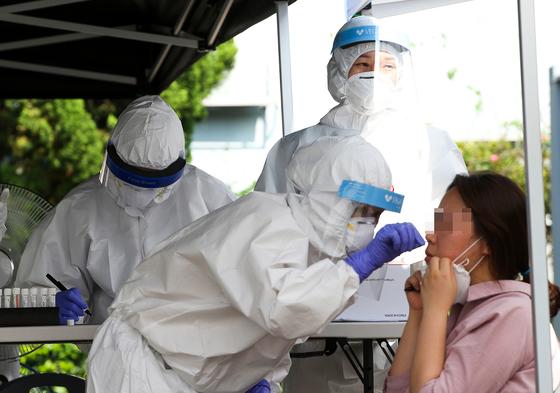 지난 8월 24일 전남 순천시 보건소 직원들이 코로나19 검체를 채취하고 있다. 프리랜서 장정필