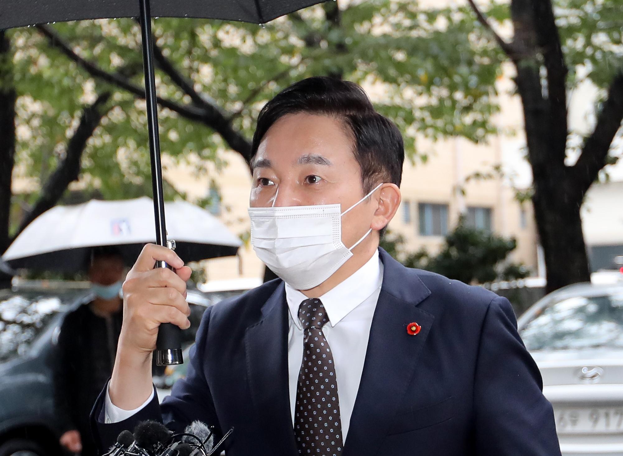 공직선거법 위반 혐의로 불구속 기소된 원희룡 제주지사가 21일 오후 제주지방법원에서 열린 첫 공판에 출석하고 있다. 뉴시스