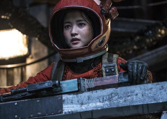 2092년 우주 위성궤도가 무대인 영화 '승리호'에서 우주선 선장 역의 김태리. 과거 우주 해적단을 이끌었던 인물로, 조종사 태호(송중기), 전직 갱두목 타이거 박(진선규), 작살잡이 로봇 업동이(유해진) 등과 모험에 나선다. [사진 메리크리스마스]