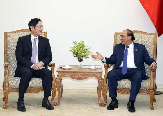 이재용 삼성전자 부회장(왼쪽)은 20일 베트남 하노이 총리실에서 응우옌 쑤언 푹 총리를 예방하고 협력 방안을 논의했다. [사진 베트남 국영통신사 VNA]