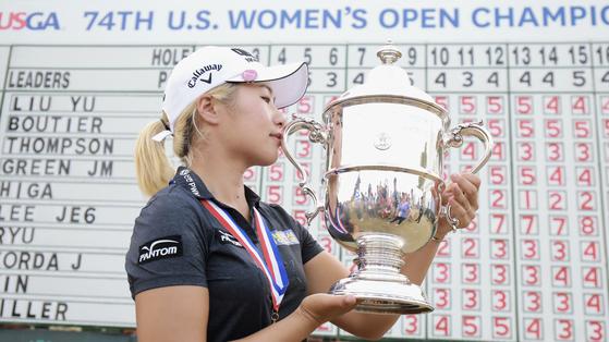 지난해 US여자오픈 우승컵에 입을 맞추는 이정은6. [사진 JTBC골프]