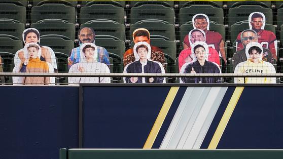 21일 월드시리즈 1차전 관중석 맨 앞줄을 차지한 BTS 패널. [사진 CUT4 공식 트위터]