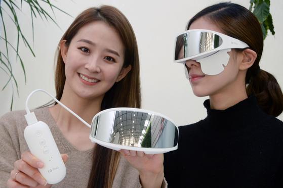 눈가 전용 뷰티기기 'LG 프라엘 아이케어'.