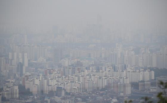 21일 오전 서울 종로구 북악스카이웨이에서 바라본 도심이 뿌옇게 뒤덮인 모습. 연합뉴스