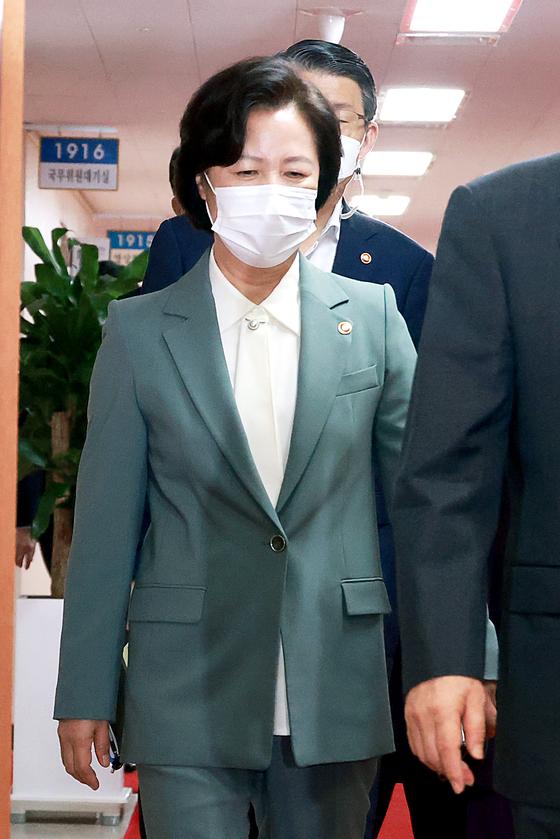 추미애 법무부 장관이 20일 정부서울청사에서 열린 화상 국무회의에 참석하고 있다. 장진영 기자