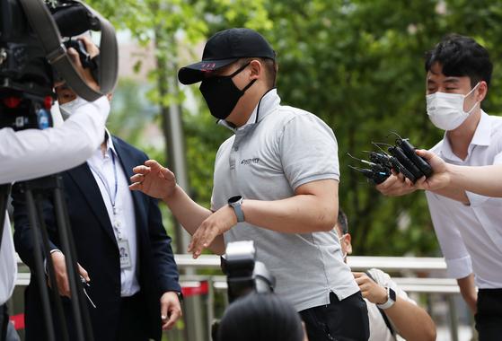 접촉사고 처리부터 하라며 구급차를 막아 응급환자를 사망에 이르게 했다는 혐의를 받는 택시기사 최모씨가 24일 서울동부지법에서 열리는 영장실질심사에 출석하고 있다. [연합뉴스]