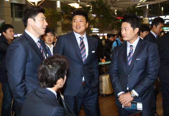 2013 WBC에 함께 출전했던 김태균(가운데)와 오승환(오른쪽). 왼쪽은 서재응. [중앙포토]