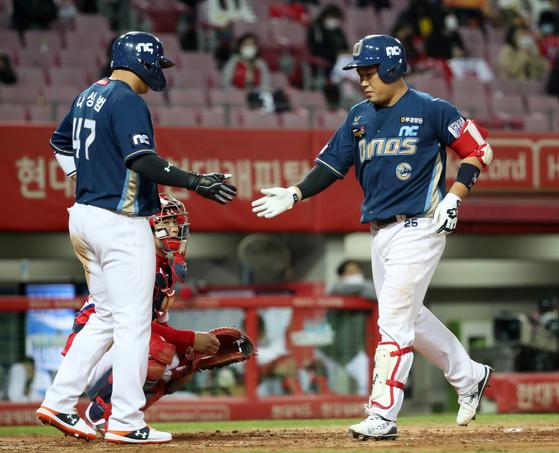 홈런을 치고 홈으로 들어오는 NC 양의지. [연합뉴스]