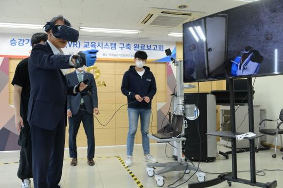 한국승강기안전공단 김영기 이사장이 승강기인재개발원의 승강기 가상현실VR) 교육시스템 구축 완료보고회에서 VR교육시스템을 시연하고 있다.